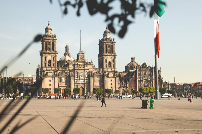 Enjoy a hassle-free arrival in Mexico City with our private door-to-door transfer service full of wonderful authentic insights into the local culture. Our experienced local driver always has your safety and comfort in mind. From the beginning of the trip, when he picks you up in San Luis Potosi at your desired time and takes care of your luggage, until the end of your journey in your chosen location in Mexico City. Our travel experts have chosen the most interesting sightseeing stops and top-rated attractions for you to choose from and enrich your journey. You will travel comfortably with a reliable driver who speaks English and has a good knowledge of the area. The only thing you need to do is relax while being taken care of. Do you need any other transfer? We offer hundreds of sightseeing routes across America, Asia, and Europe. Don't hesitate to contact us!<br>