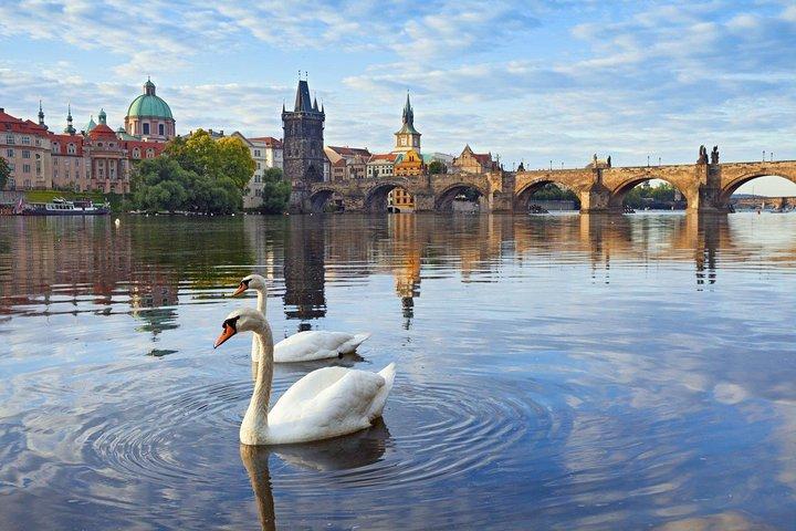 Scenic transfer from Passau to Prague with 2-hours guided tour of Cesky Krumlov, Praga, REPUBLICA CHECA
