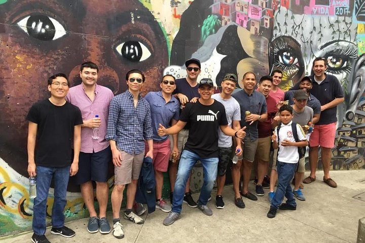 Recorrido por los graffitis de Comuna 13 y teleférico, Medellin, COLOMBIA