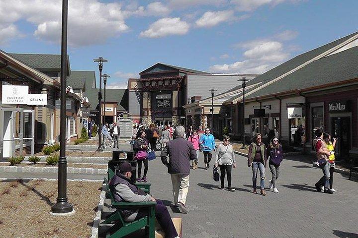 Woodbury Common Premium Outlets Shopping Tour from Manhattan, New York, NY, ESTADOS UNIDOS