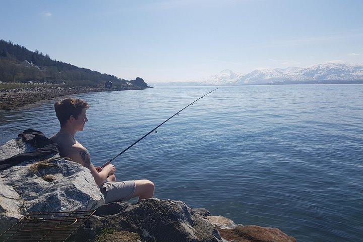 Fishing from shore, Tromso, NORUEGA