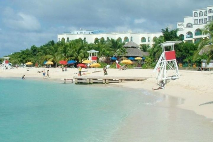 Falmouth Shore Excursion: Historic Sightseeing Tour and Doctor's Cave Beach, Falmouth, JAMAICA