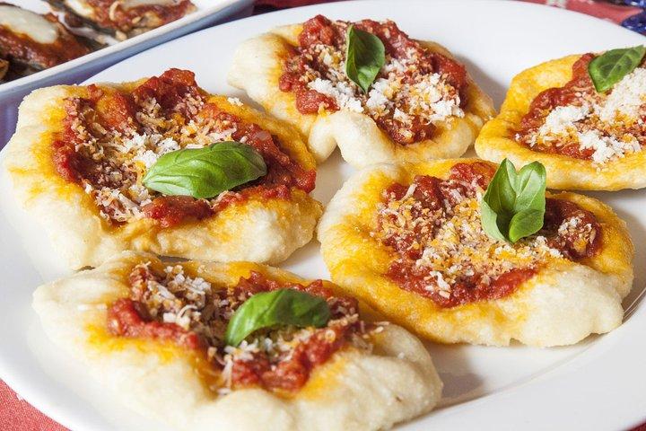 Private Pizza & Tiramisu Class at a Cesarina's home with tasting in Pisa, Pisa, ITALIA