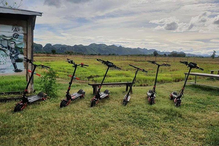 E-scooter through the rice fields, Kanchanaburi, Tailândia