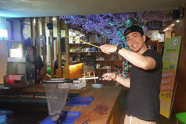 Indoor fishing and rice beer drinking at Busan, Busan, COREA DEL SUR
