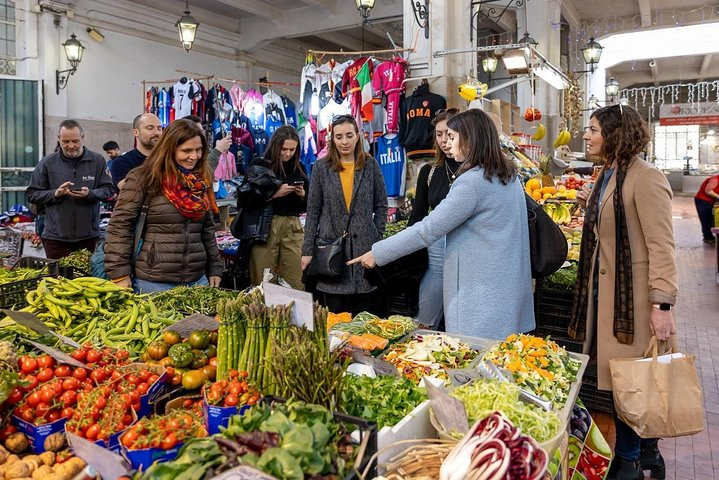 Local market visit and dining experience at a local's home in Bologna, Bolonia, ITALIA