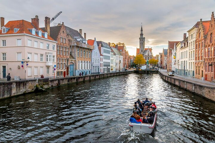 Explore Bruges UNESCO heritage city on a private tour with scenic boat ride, Brujas, BELGICA