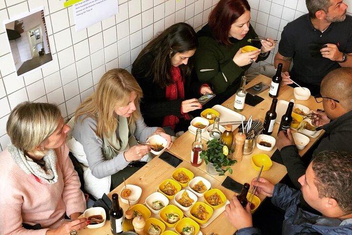 East Meets West: Kreuzberg and Neukölln Walking Food Tour in Berlin, Berlim, Alemanha
